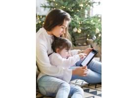 一家人在圣诞节玩得开心_9390919