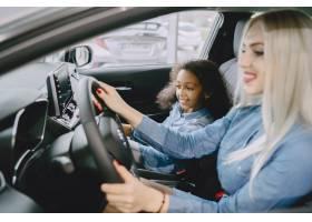 一家人在汽车沙龙里买车的女人和妈妈在_11800029