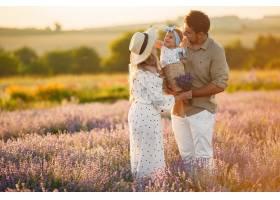 一家人带着小女儿在薰衣草地里美丽的女人_10062816