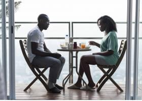 一对夫妇在阳台上一起吃早餐_2753708