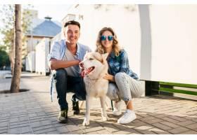 一对年轻时髦的夫妇带着狗在街上散步男人_9699461