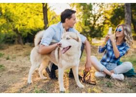 一对年轻时髦的夫妇带着狗在街上散步男女_9699484