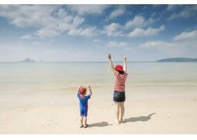 一对母子在海滩上在户外大海和蓝天_1285609