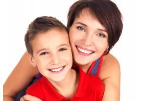 一幅幸福的年轻母亲带着8岁儿子的肖像_11555542
