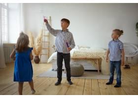 三个孩子在家里一起玩耍一个穿着衬衫和牛_10898002