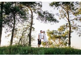 阳光明媚的一天一对恩爱的情侣在公园散步_12967134