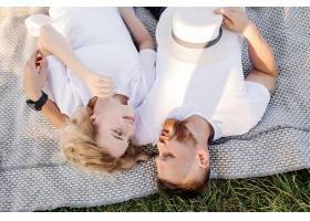 阳光明媚的一天一对恩爱的情侣在公园散步_12967147