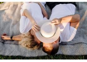 阳光明媚的一天一对恩爱的情侣在公园散步_12967152