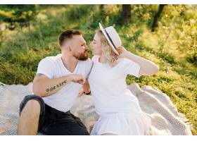 阳光明媚的一天一对恩爱的情侣在公园散步_12967163
