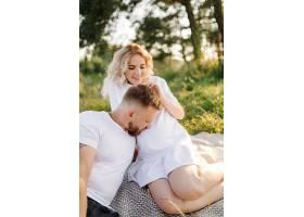 阳光明媚的一天一对恩爱的情侣在公园散步_12967171
