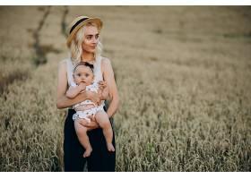 母亲带着她的小女儿在田里_10025885