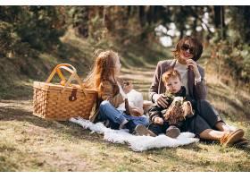 母亲带着孩子在森林里野餐_7869919