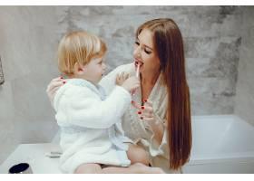 母亲带着年幼的儿子在浴室里_4381316