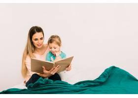 母亲在床上给女儿读书_2857106