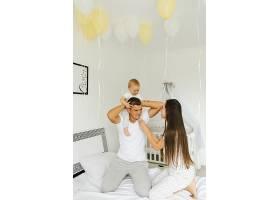 爸爸妈妈和他们的小儿子在凌晨一点的时候_4563932