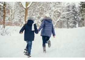 母亲带着可爱的儿子在冬橡树里_4062747
