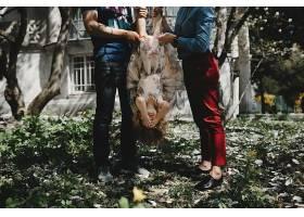 爸爸妈妈和小女儿在一棵盛开的树下玩耍_2914136
