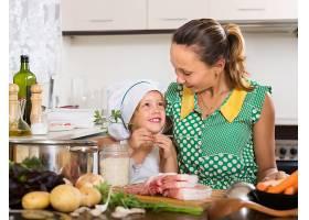 母亲带着女儿做饭_1632135