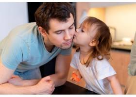 特写女孩亲吻父亲的脸颊_12688785