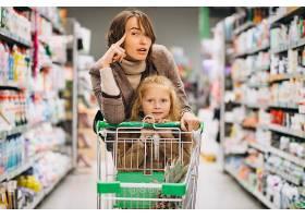 母亲带着女儿在杂货店_5852339