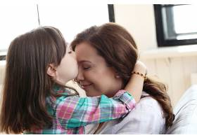 母亲带着女儿坐在沙发上_10446287