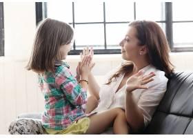 母亲带着女儿坐在沙发上_10446290