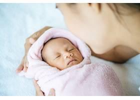 睡在母亲怀里的新生儿_5897166