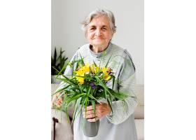 祖母手持鲜花的肖像_9149196