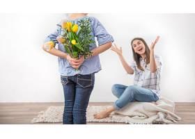 母亲节一个小女儿送给她妈妈一束郁金香_9513213