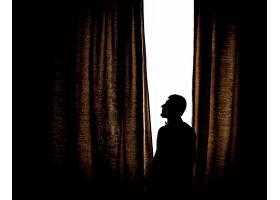 站在明亮的窗户前的男子的剪影_1275250