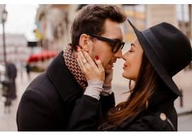 浪漫情侣面对面拥抱微笑温暖舒适的色彩_13012325