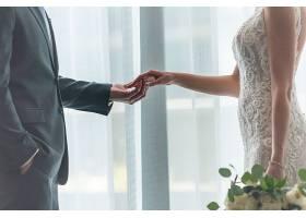浪漫的新郎新娘手牵手站在窗边_11540983