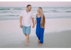海滩上美丽的一家人_1132276
