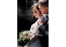 温情的新人在拥抱新郎和新娘的肖像在户外_7497985