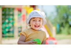 游乐场区域的2岁女孩_1239267