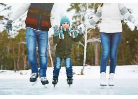 溜冰场上幸福的一家人_5401777
