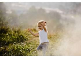 美丽的小女孩穿着白衬衫和牛仔裤在风景优_2913968