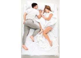 躺在床上的那对年轻可爱的夫妇_8924069
