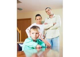 父母在家中斥责十几岁的孩子_1474655
