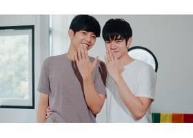 肖像年轻的亚洲同性恋情侣在家中开心地展示_6136982