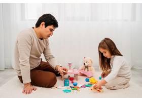父亲和女儿一起玩耍_11904715