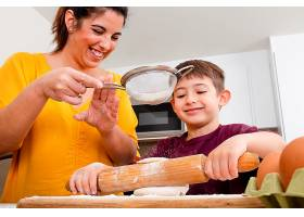 让母亲和孩子一起做饭_13402822