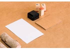 贴在纸上的邮票和木头_2092283