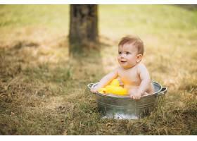 蹒跚学步的小男孩在公园洗澡_5495212