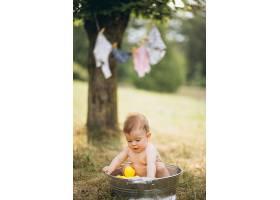 蹒跚学步的小男孩在公园洗澡_5495213