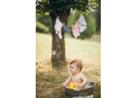 蹒跚学步的小男孩在公园洗澡_5495214