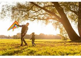 父子俩在公园里放风筝_11174611