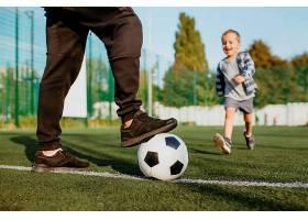 父子俩踢足球_11176047