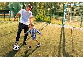 父子俩踢足球_11176048