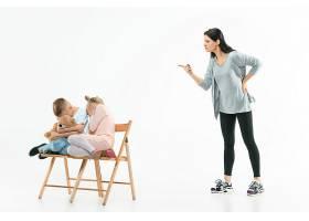 愤怒的母亲在家里骂她的儿子和女儿动情家_13343436